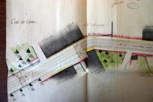 Plan de la traverse de Saint Laurent des Moutiers 1768 AD Calvados C 3646 L'entrée du village côté Caen. Au niveau du chœur, début de la partie pavée. Les parties frappées d'alignement apparaissent en jaune