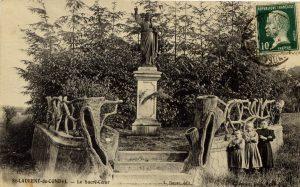 Le Sacré-Cœur érigé en 1899 Le photographe a placé les enfants par ordre de taille et bras croisés !